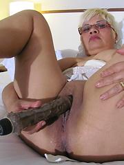 Short-haired mature masturbation