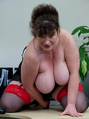 Aged teacher in stockings grabs her shaved hole